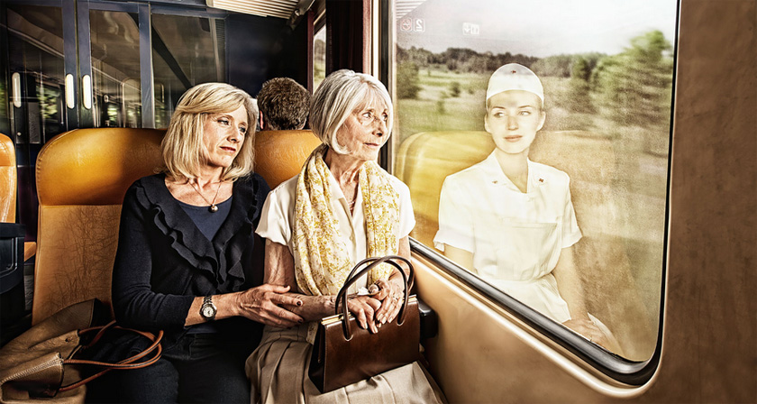 Elderly people look at their younger reflections in this for Syndrome miroir