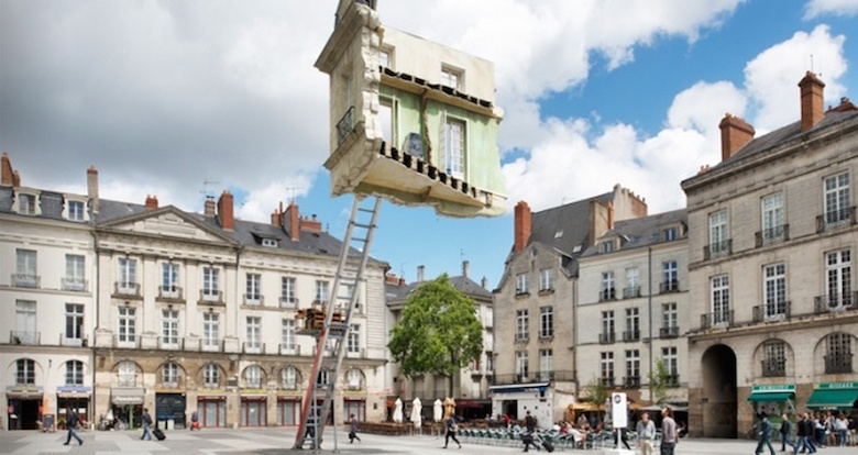 25 incredible sculptures that defy gravity for Location monte meuble